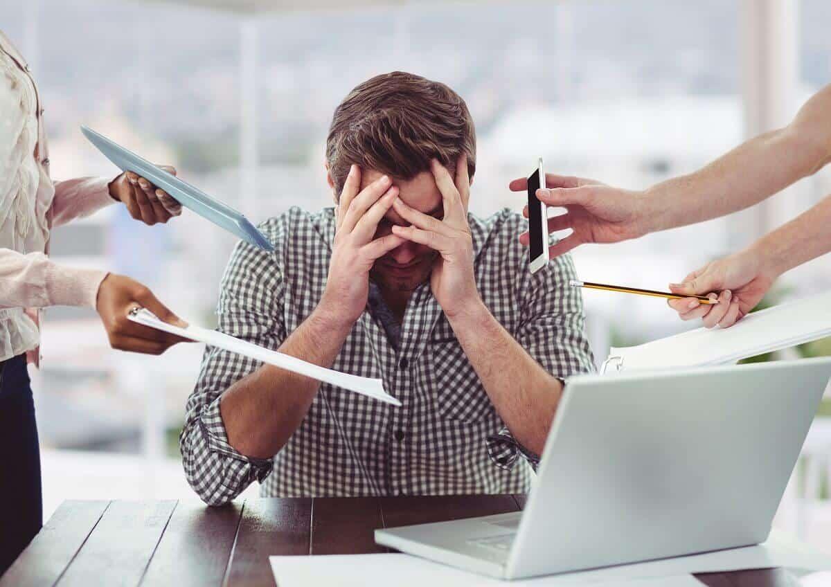 Zestresowany mężczyzna w pracy