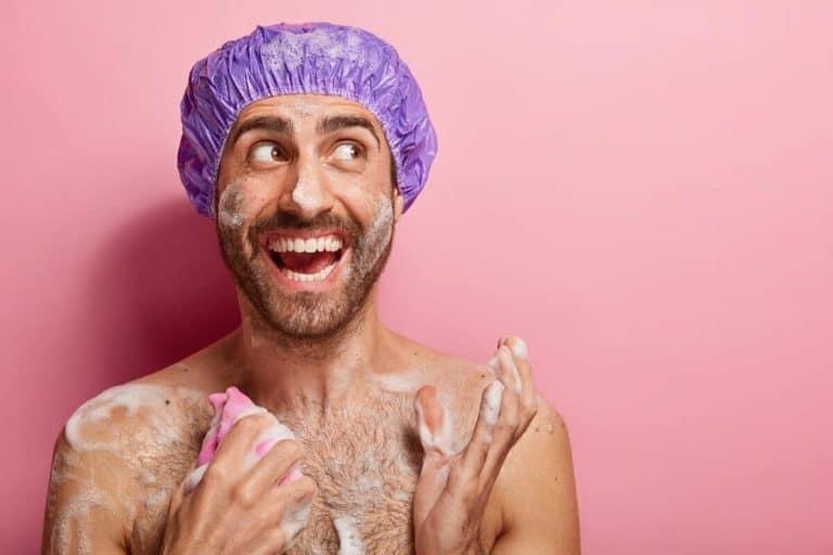Mężczyzna biorący prysznic