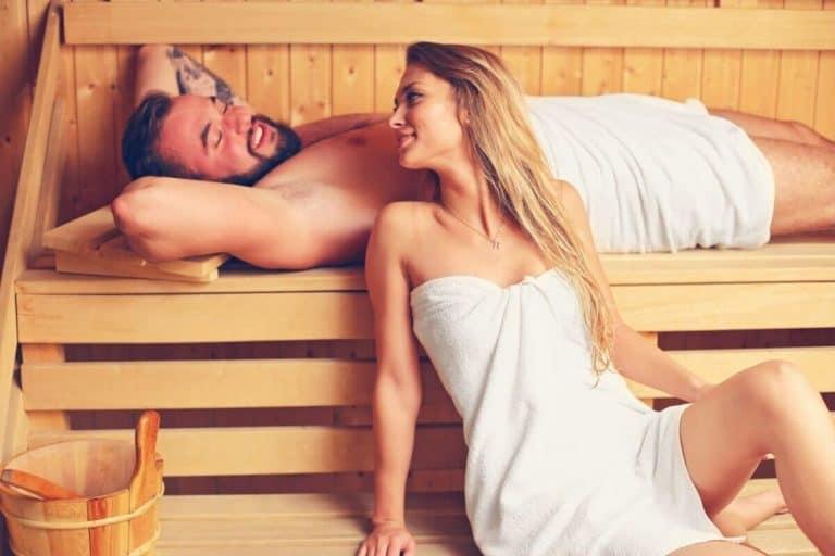Para korzystająca z sauny